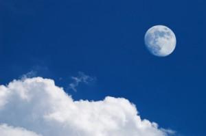 Hvite skyer og måne